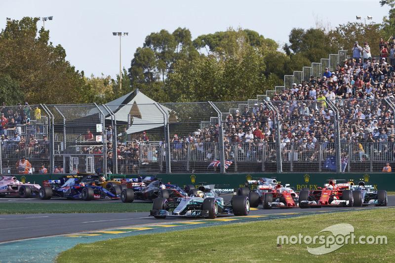 Lewis Hamilton, Mercedes AMG F1 W08, Sebastian Vettel, Ferrari SF70H, Valtteri Bottas, Mercedes AMG F1 W08, Kimi Raikkonen, Ferrari SF70H, Max Verstappen, Red Bull Racing RB13 y el resto de la parrilla