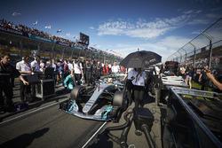 Lewis Hamilton, Mercedes AMG F1 W08, arrive sur la grille