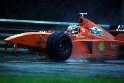 Гонщик Ferrari Михаэль Шумахер после аварии