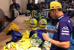 Valentino Rossi, Yamaha Factory Racing signs autographs