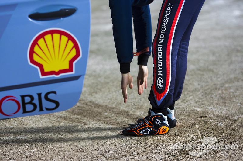 Thierry Neuville, Hyundai Motorsport, stretching