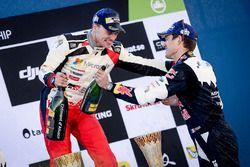 Podium: winnaar Jari-Matti Latvala, Toyota Racing en derde plaats Sébastien Ogier, M-Sport
