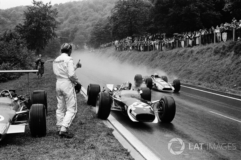 Jo Siffert, Lotus has just stopped for borrowing a dry visor from retired Graham Hill. John Surtees,