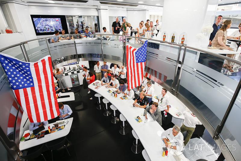 McLaren ekibi Fernando Alonso'nun yarışın izliyor
