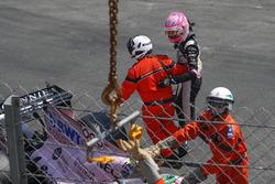 De gecrashte wagen van Esteban Ocon, Force India VJM10 wordt geborgen