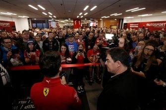 Charles Leclerc, Ferrari parla alla folla prima dell'apertura di Autosport International 2020