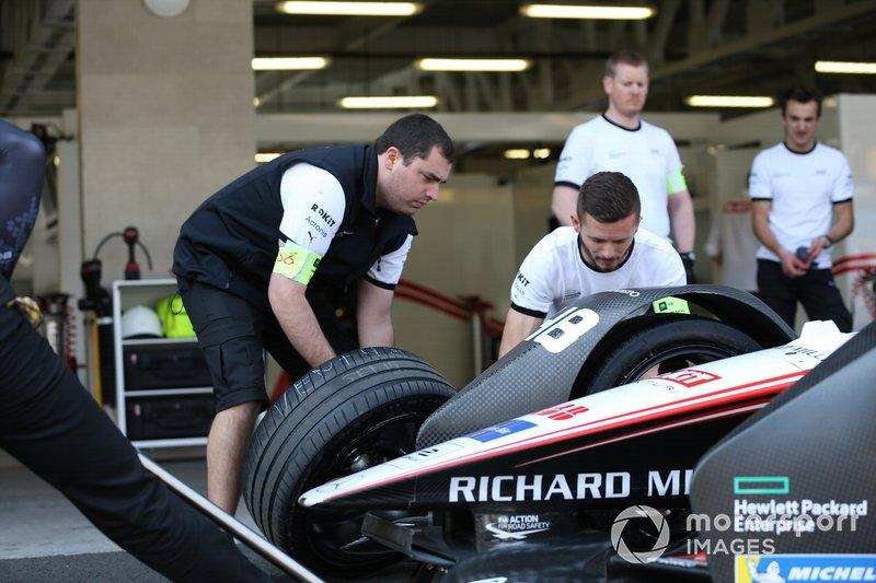 Membri del team provano la sostituzione delle gomme ad Edoardo Mortara's Venturi, EQ Silver Arrow 01