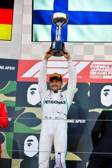 Podio: ganador de la carrera Valtteri Bottas, Mercedes AMG F1 con el trofeo
