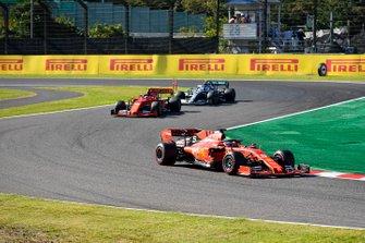 Sebastian Vettel, Ferrari SF90, precede Charles Leclerc, Ferrari SF90, e Lewis Hamilton, Mercedes AMG F1 W10