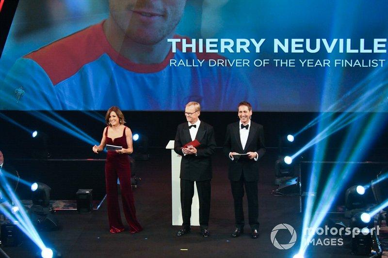 Ari Vatanen en el escenario para entregar el premio al mejor piloto de rally del año