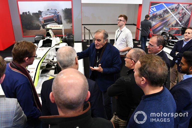 Giorgio Piola spiega i dettagli tecnici delle vetture agli appassionati nello stand Autosport
