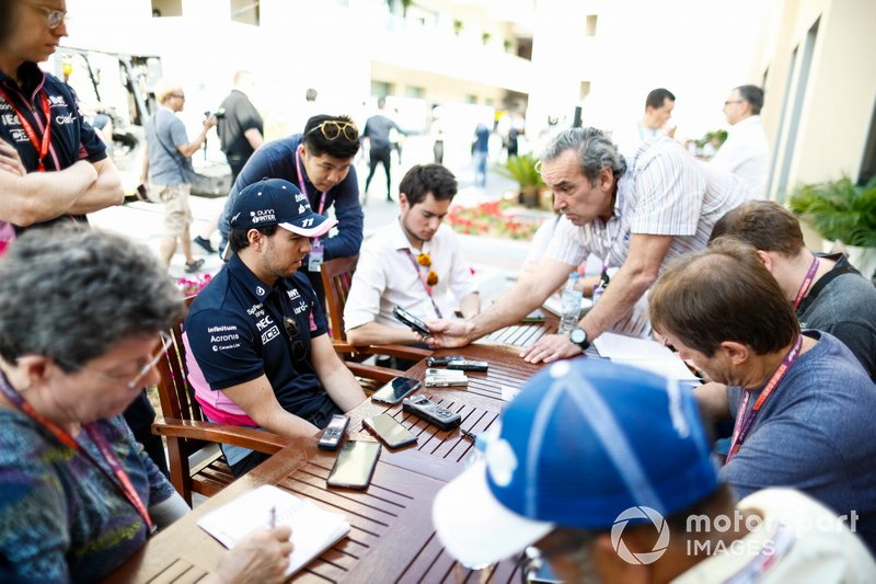 Sergio Perez, Racing Point, atiende a los medios