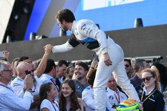 Alexander Sims, BMW I Andretti Motorsports, festeggia sul podio, con il suo team