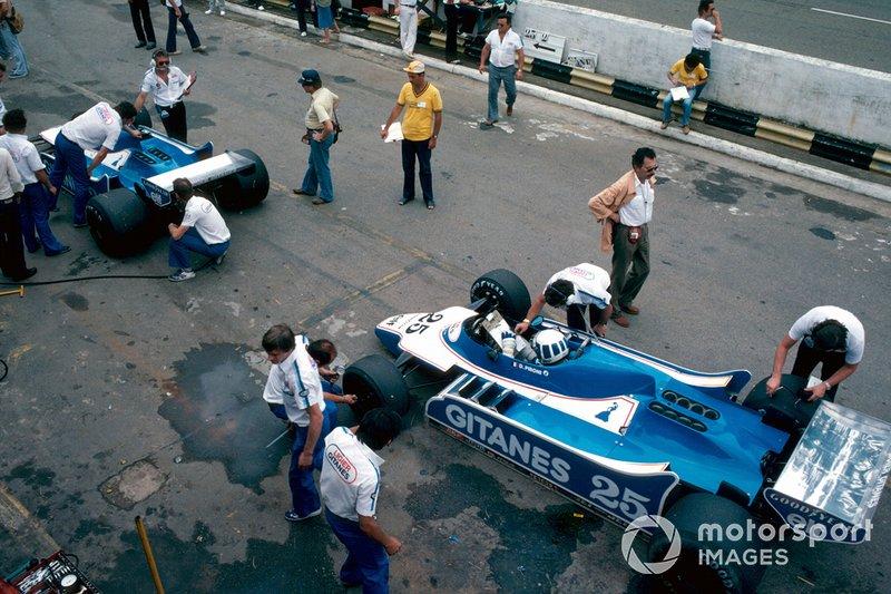 В субботу вызов лидеру попробовала бросить команда Ligier. В предыдущем сезоне ее пилоты завоевали на «Интерлагосе» победный дубль, но в этот раз Дидье Пирони все же остался вторым, остановившись в 0,25 секунды от поула