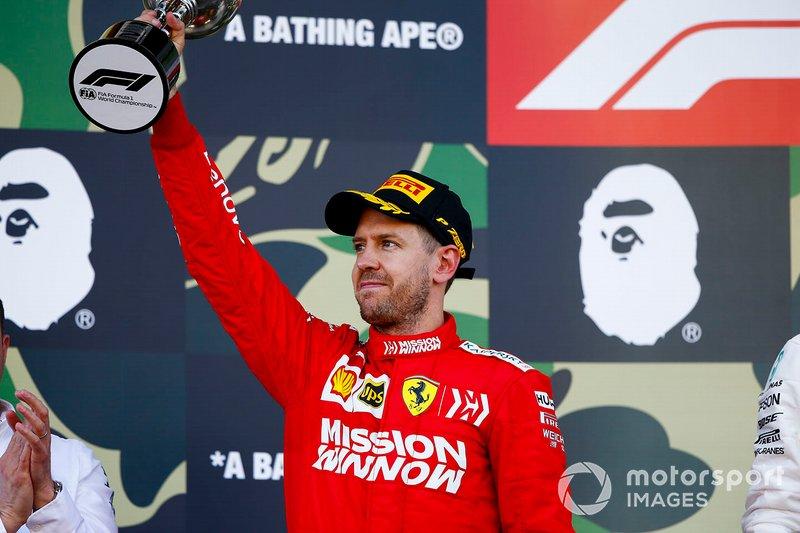Sebastian Vettel, Ferrari, secondo classificato, con il suo trofeo