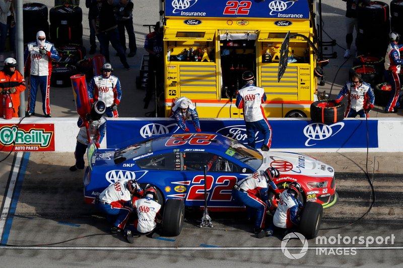 Joey Logano, Team Penske, Ford Mustang AAA Insurance, pit stop
