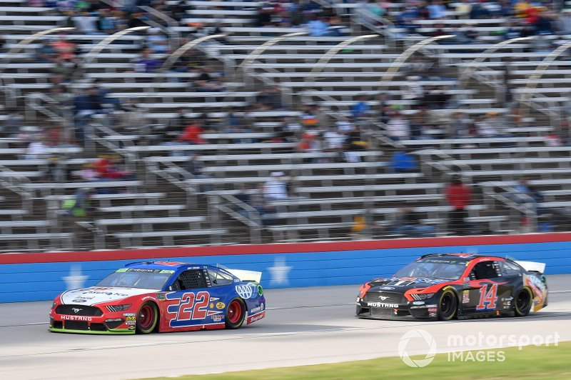 Joey Logano, Team Penske, Ford Mustang AAA Insurance, Clint Bowyer, Stewart-Haas Racing, Ford Mustang Mobil 1 / Rush Truck Centers