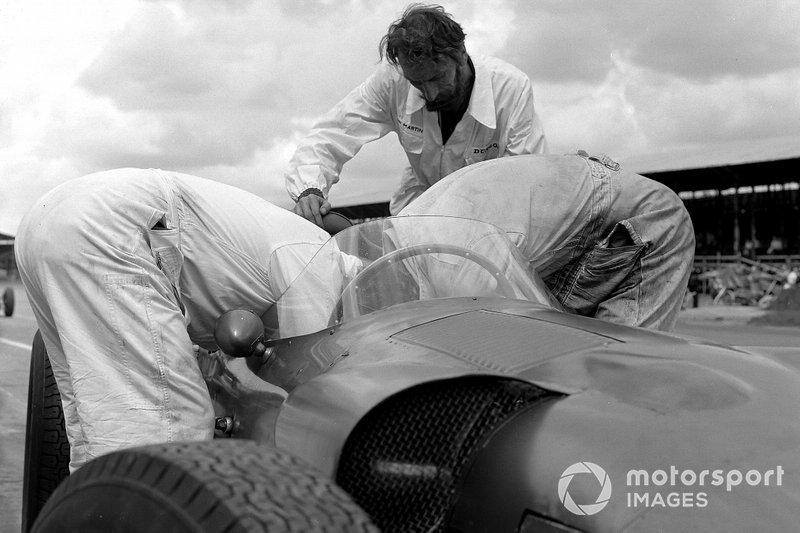 Un mécanicien travaille sur une Aston Martin DBR5/250