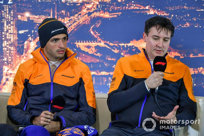 Carlos Sainz Jr., McLaren, y James Key, Director Técnico de McLaren en la conferencia de prensa
