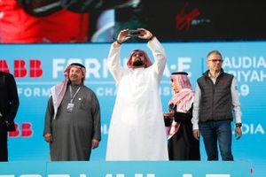 Un VIP saudita scatta una foto al podio
