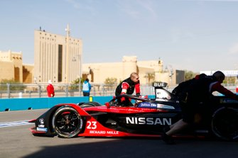 Les mécaniciens poussent Sébastien Buemi, Nissan e.Dams, Nissan IMO2 dans le garage