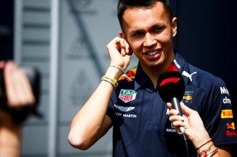 Alex Albon, Red Bull Racing, parla con i media