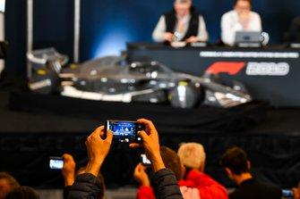 Ross Brawn, Managing Director of Motorsports, FOM, Chase Carey, voorzitter Formule 1 en Nikolas Tombazis presenteren de F1-regels voor 2021
