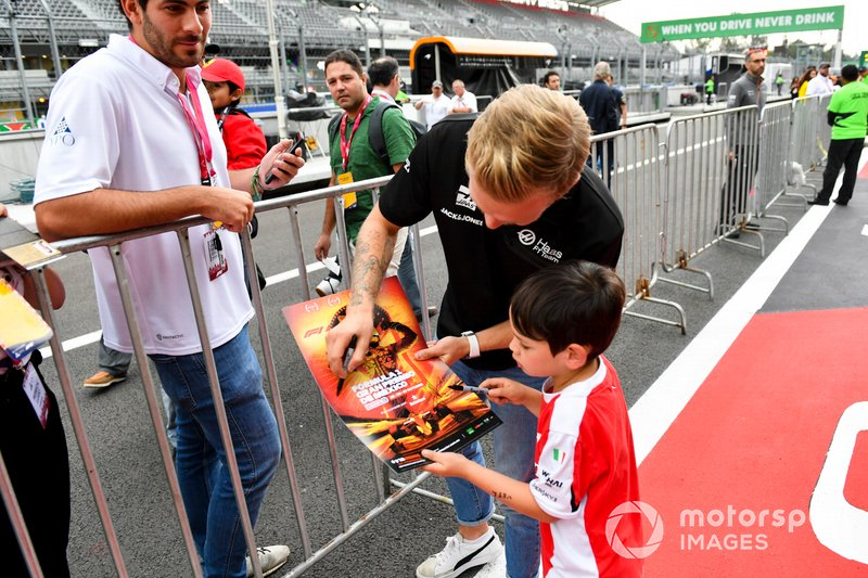 Kevin Magnussen, Haas F1 firma un autógrafo para un aficionado