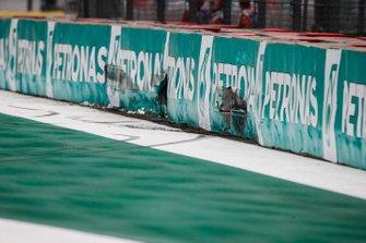 La barriera danneggiata dopo l'incidente di Alex Albon, Red Bull Racing