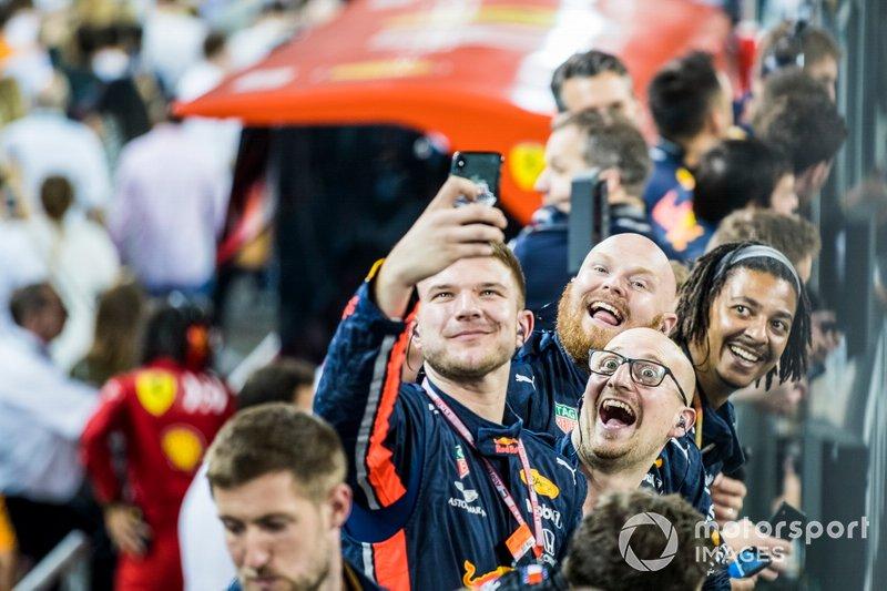 Los miembros del equipo Red Bull celebran después de la carrera