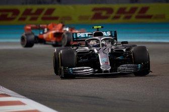 Valtteri Bottas, Mercedes AMG W10, devant Sebastian Vettel, Ferrari SF90