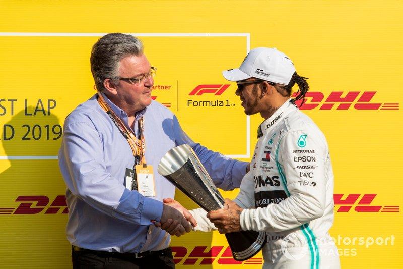 Lewis Hamilton, Mercedes AMG F1, celebra con el trofeo Fastest Lap de DHL