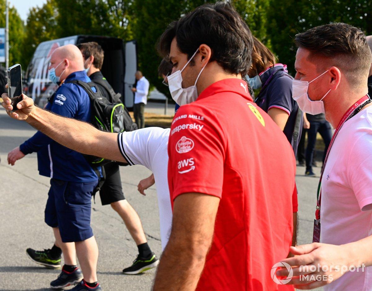 Carlos Sainz Jr. (Ferrari) posa para una foto con fans.