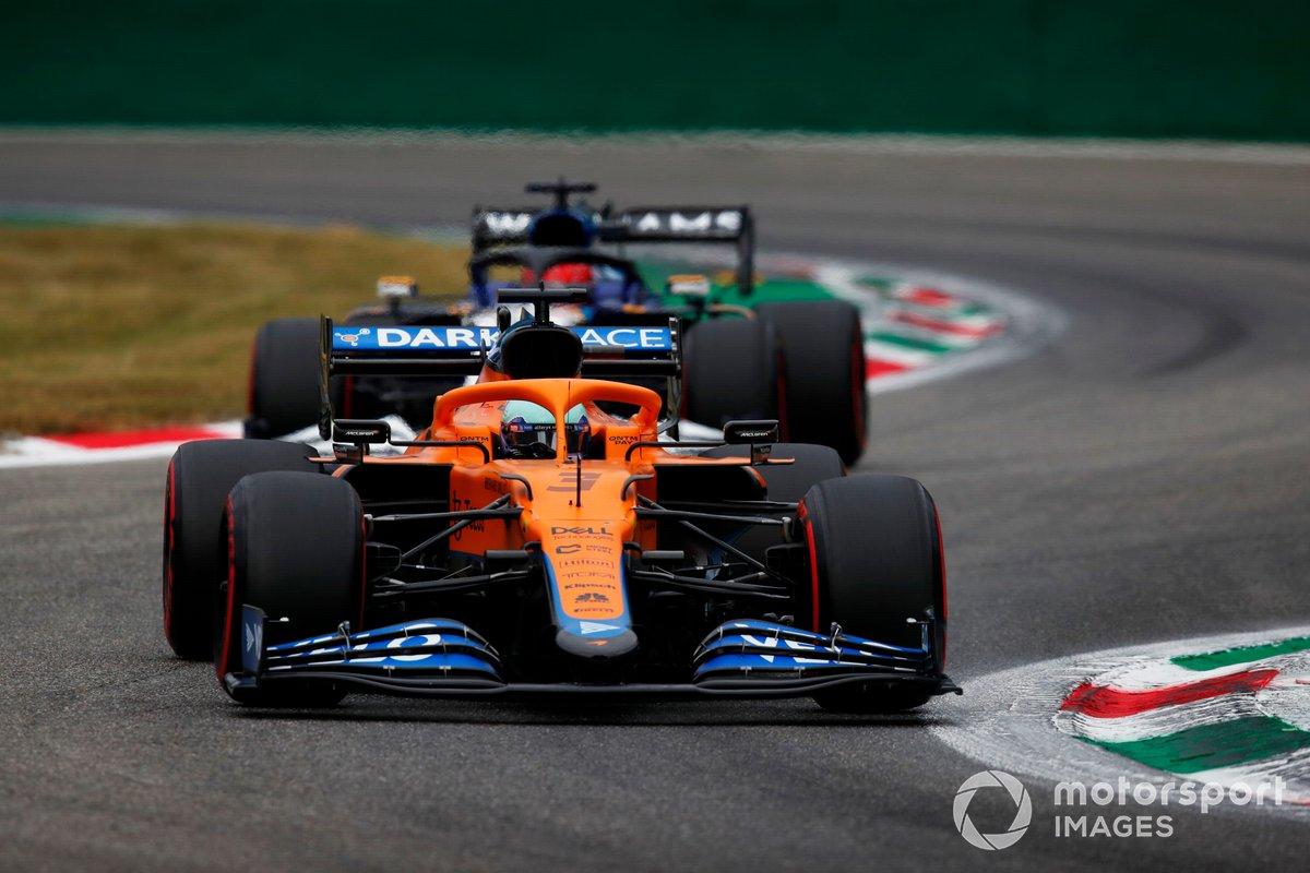 Daniel Ricciardo, McLaren MCL35M, George Russell, Williams FW43B