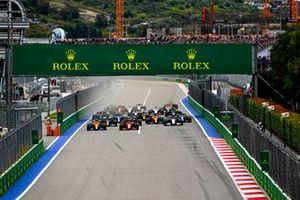 Lando Norris, McLaren MCL35M, Carlos Sainz Jr., Ferrari SF21, George Russell, Williams FW43B, Lance Stroll, Aston Martin AMR21, Fernando Alonso, Alpine A521, and the rest of the field at the start