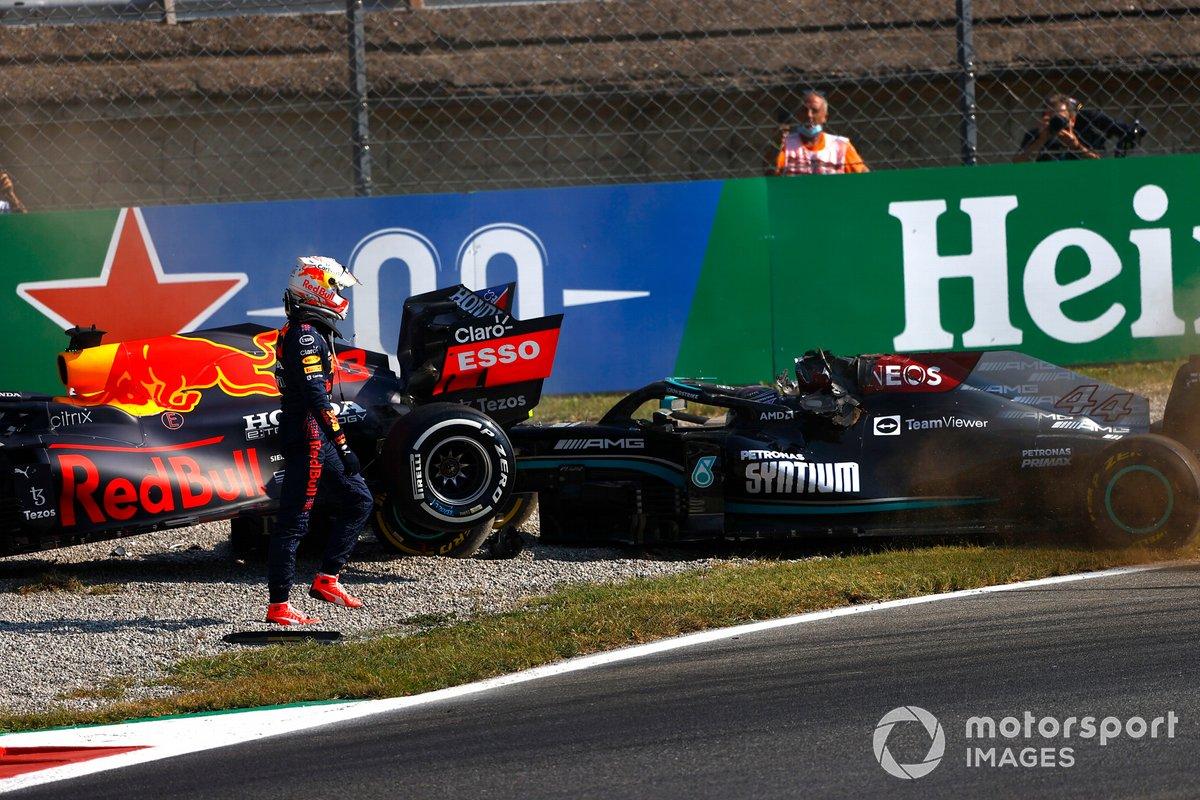 Max Verstappen, Red Bull Racing, se aleja tras chocar con Lewis Hamilton, Mercedes
