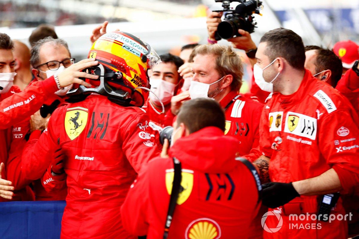 Carlos Sainz Jr., Ferrari, 3a posizione, festeggia con la sua squadra in Parc Ferme