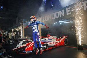 Le vainqueur Alex Lynn, Mahindra Racing, M7Electro, fête en arrivant dans le parc fermé