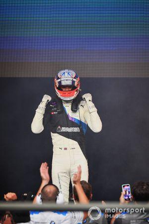 Jake Dennis, BMW i Andretti Motorsport, 1e positie, viert feest in Parc Ferme