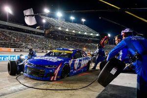 Kyle Larson, Hendrick Motorsports, Chevrolet Camaro HendrickCars.com pit stop
