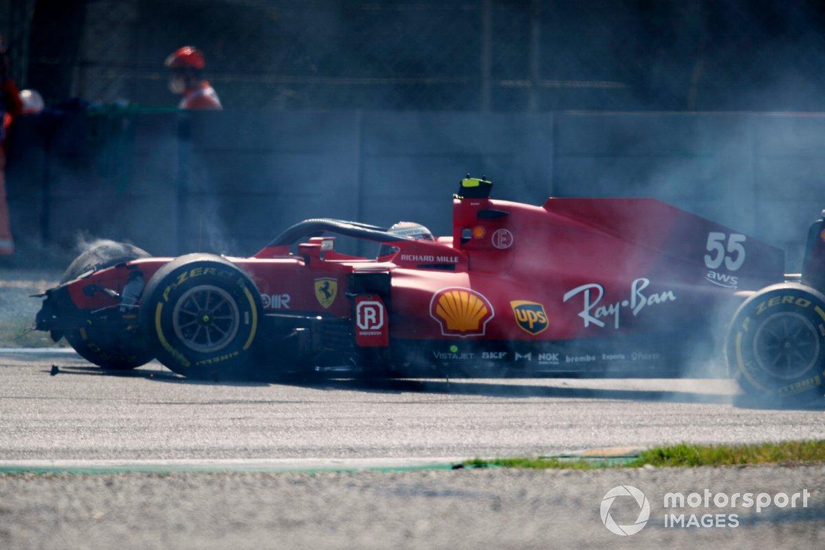 Carlos Sainz., Ferrari SF21, sufre un accidente y provoca una bandera roja