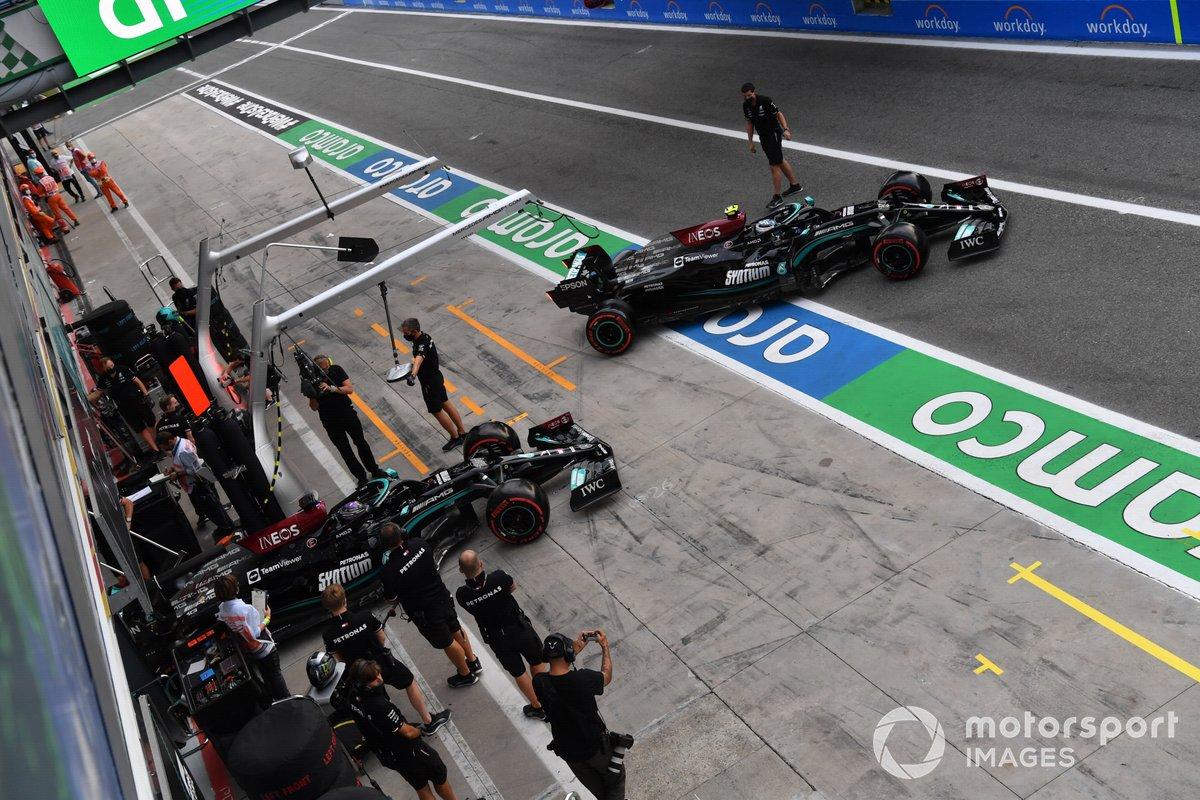 Valtteri Bottas, Mercedes W12, y Lewis Hamilton, Mercedes W12 salen del box