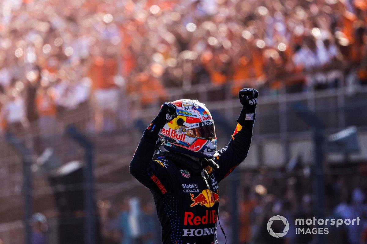 Il vincitore della gara Max Verstappen, Red Bull Racing festeggia nel Parc Ferme