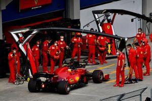 Carlos Sainz Jr., Ferrari SF21, maakt een pitstop