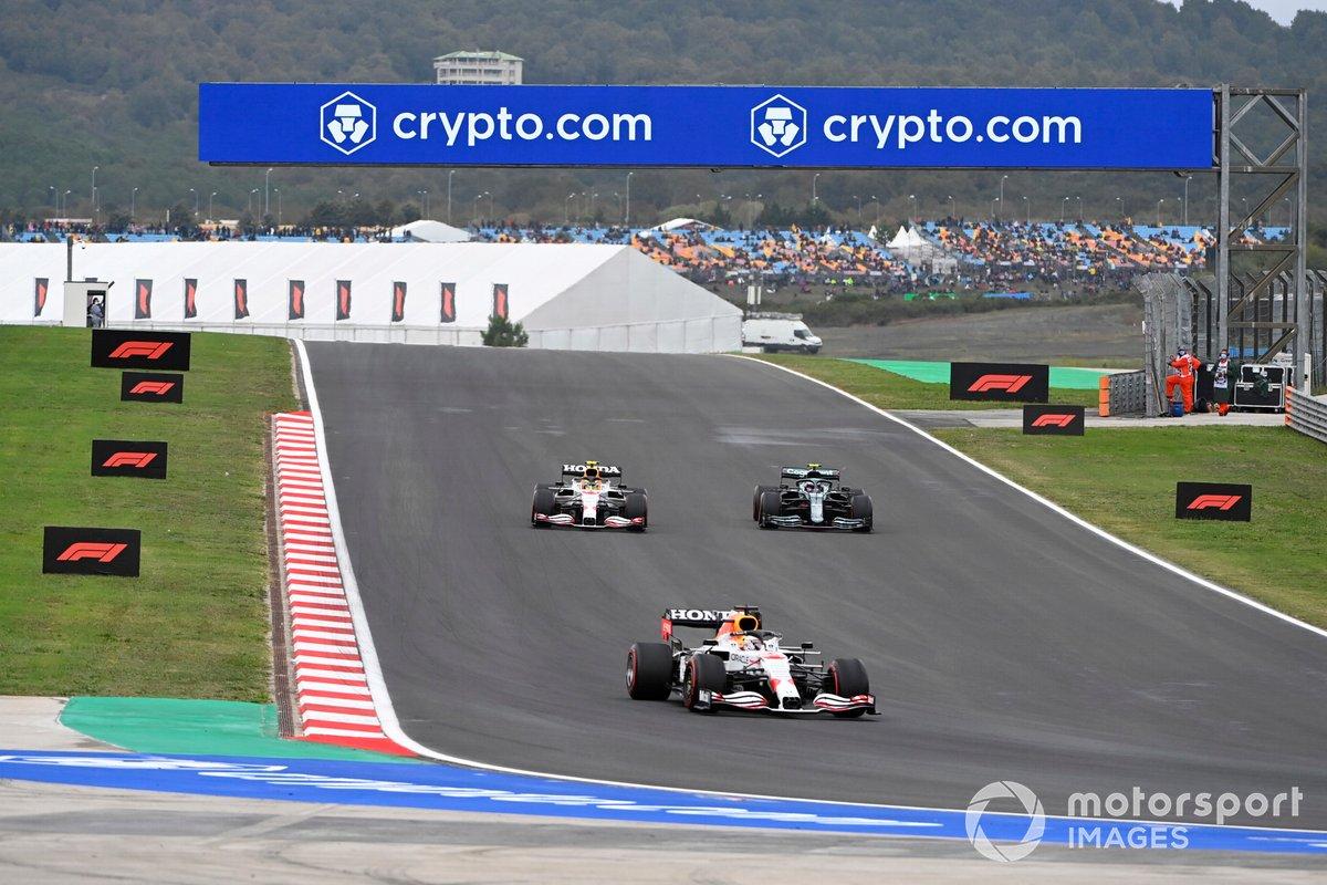 Max Verstappen, Red Bull Racing RB16B, Sergio Pérez, Red Bull Racing RB16B, Sebastian Vettel, Aston Martin AMR21