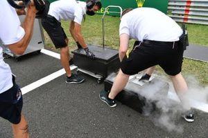 Mercedes-monteurs op de grid met uitrusting