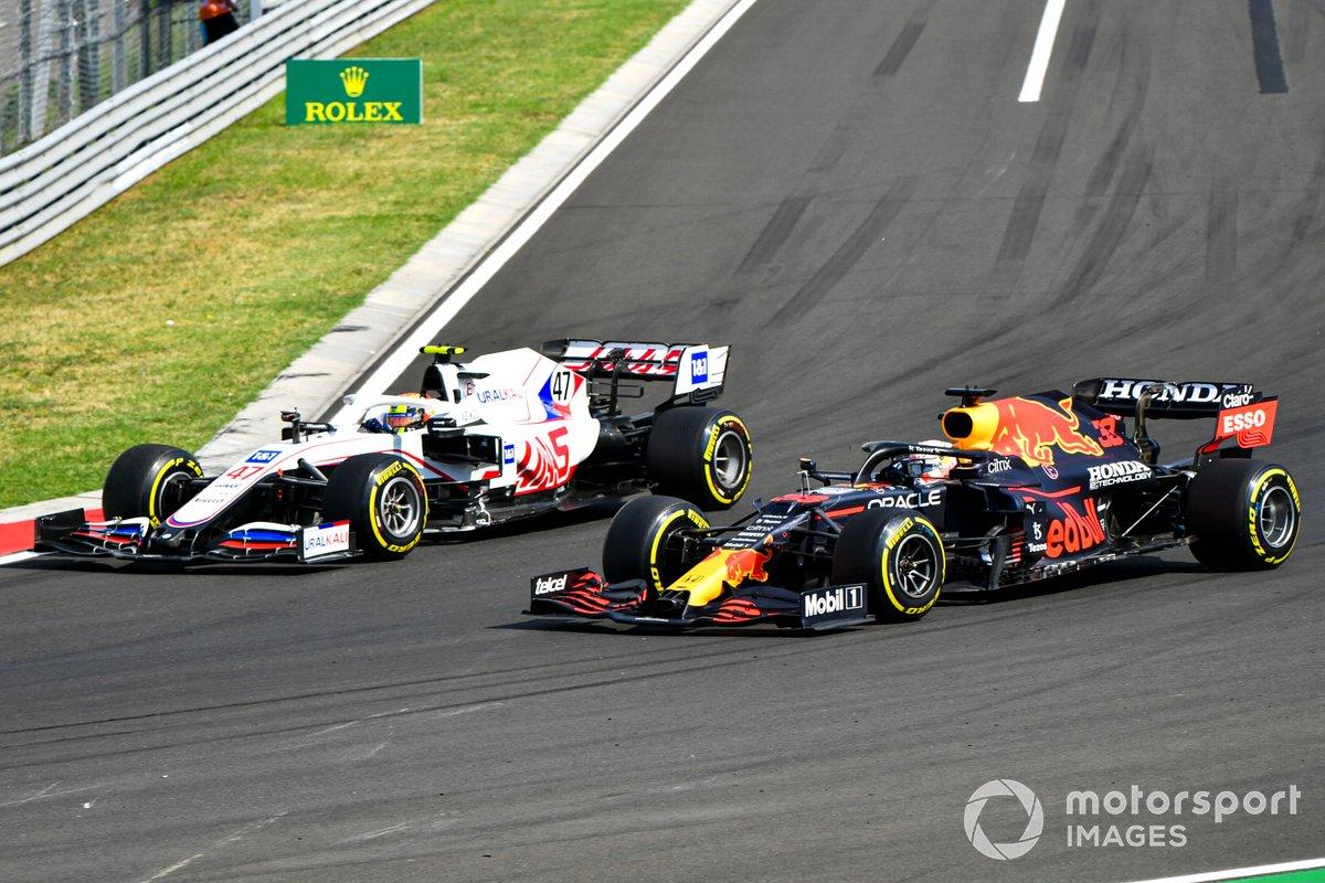Mick Schumacher, Haas VF-21, lucha con Max Verstappen, Red Bull Racing RB16B