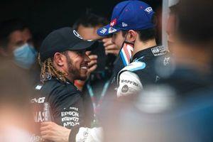 Le troisième Lewis Hamilton, Mercedes, félicite le vainqueur Esteban Ocon, Alpine F1, dans le parc fermé