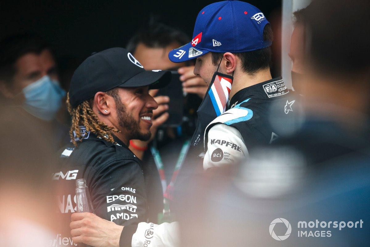 Lewis Hamilton, Mercedes, terzo classificato, si congratula con Esteban Ocon, Alpine F1, primo classificato, al Parc Ferme