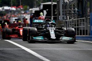 Lewis Hamilton, Mercedes W12, Carlos Sainz Jr., Ferrari SF21